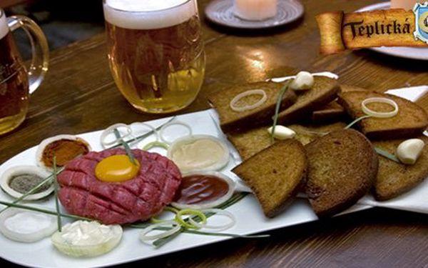 104 Kč za tatarský biftek z pravé hovězí svíčkové pro DVĚ osoby, 9 topinek a 2x 0,5l piva. Poctivé jídlo s delikátní chutí a 60% slevou!