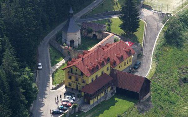 Tři dny relaxace pro dvě osoby v hotelu Studenec v jižních Čechách za 2475 Kč. Nabídka zahrnuje dvě noci se snídaněmi, tříchodovou večeři s láhví vína, tenisový kurt i s půjčením náčiní, krmení zvěře v soukromé oboře.