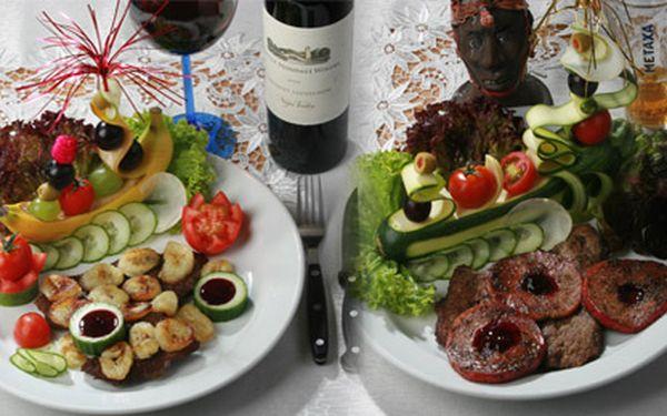 Žabí stehýnka, žralok, klokan, mečoun, divočák nebo tradiční hovězí steak, k tomu příloha, láhev vína, káva a dezert = neuvěřitelně bohatá a pestrá nabídka jídla pro dvě osoby!