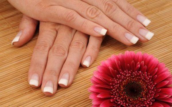495 Kč za nové gelové nehty s masáží rukou a peelingem v hodnotě 990 Kč