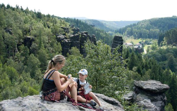 Za 1000 Kč seznamovací kurz s lezením na pískovcových skalách