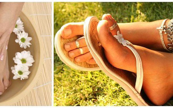 Odměňte Vaše chodidla kompletní péčí v podobě mokré pedikúry za 280Kč. Masáž chodidel, očistění a odstranění zrohovatělé kůže, parafínový zábal, úprava nehtů a lakování. Buďte připraveni ukázat svá chodidla v letní obuvi.