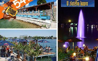 Romantická večera pre 2 osoby, dezert a flaška dobrého vínka priamo nad vodou na Seneckých jazerách v reštaurácii Zlatý Kapor za 11,90 €.