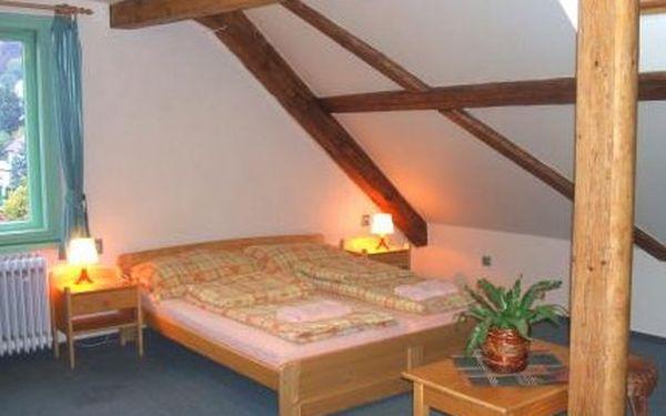 Relaxační pobyt pro 2 osoby na 2 noci se snídaní v tříhvězdičkovém Hotel Roubal v malebném městečku Pecka v Podkrkonoší. Hotel je známý příjemnou rodinnou atmosférou a výbornou kuchyní v hotelové restauraci. Krásná příroda, hluboké lesy, mírný kopcovitý t