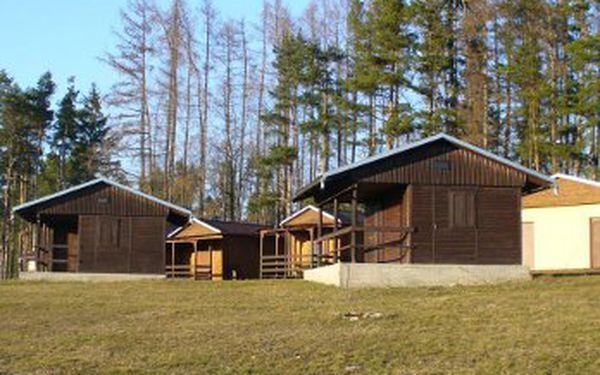 Pohodový rodinný prázdninový pobyt v kempu Luhy. Týdenní ubytování pro 4 osoby v zařízených chatkách za 3520 Kč.