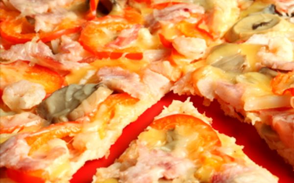 Obří rodinná pizza nebo nálož 500 g tataráku - to vše pro 4 osoby! Užijte si vynikající pizzu nebo tataráček s fajn slevou až 53 % ve stylovém prostředí nebo si objednejte pizzu s sebou a vyrazte s ní např. na Bolevák k vodě.
