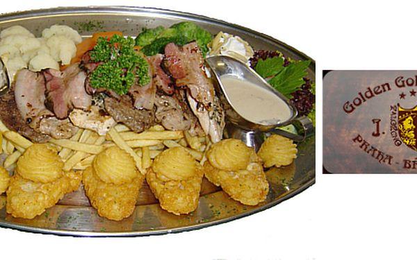 Golemovo plato pro 2 osoby obsahuje 400 g grilované hovězí a vepřové panenské svíčkové, kuřecího steaku, zámecká zelenina, hranolky, bramborové pusinky a smetanovohoubová omáčka.