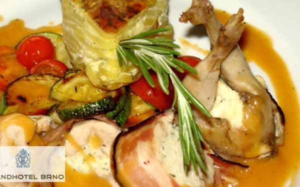 TŘÍCHODOVÉ gurmánské menu v luxusním Grandhotelu Brno – carpaccio z červené řepy, plněná roládka z křepelky, kaštanový dortík s mandlovo-švestkovým dipem a Bohemia sekt za 249 Kč místo 729 Kč!