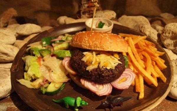 Zajděte si do originální restaurace Pravěk Doba kamenná! Pouhých 144 Kč na PRAVÝ PRAVĚKÝ MAXI STONE AGE BURGER s míchaným sezónním zeleninovým salátem a jogurtovo česnekovým dresinkem! Skvělé jídlo můžete spojit také s jedinečnou šamanskou show!