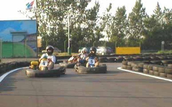 Budete se cítit jako závodníci, adrenalin s vámi bude cloumat, budete plni zážitků a srandy po projížďce na motokárách FM s hafoslevou 40%. jedna jízda za jedinečných 90kč