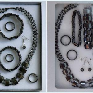 Získejte originální hematitovou soupravu šperků (8 ks) v dárkovém balení za neskutečnou cenu 340 Kč! Sada obsahuje 1 náhrdelník, 2 náramky, 4 prsteny a 1 pár naušnic! Získejte krásnou soupravu šperků s léčivými účinky!