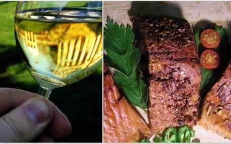 Patříte mezi milovníky ryb? Potom neváhejte a za pouhých 299 Kč si ve dvou zajděte na filet z jihomoravského kapra (naložené maso), se zeleninovm salátem jako přílohou a 0,7l lahev vína Chardonnay Pupila Lfe z Chille!