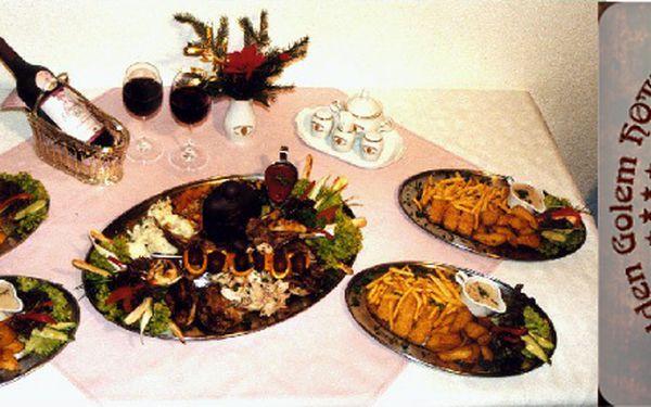Královská hostina pro 4 osoby. Mezi hlavní speciality patří nadívané křepelky, jehněčí hřebínky. Hostina, na kterou v životě nezapomenete!! Nechte se v luxusní restauraci ve stylu Rudolfa II. obsluhovat jako praví králové. Na stůl se budou podávat nadívan