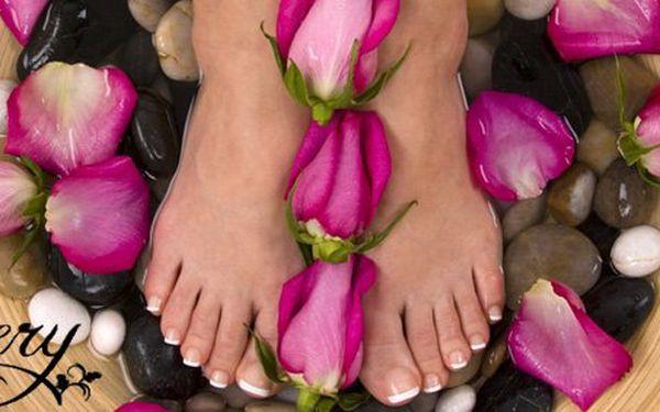 229 Kč za gelovou modeláž nehtů na nohou a francouzské lakování v salonu Venery Olomouc. Krásné nožky po celé léto se slevou 50 %.