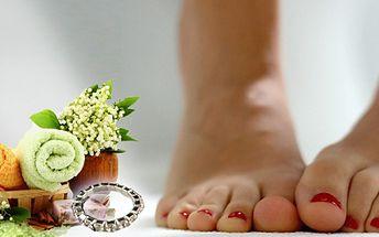 Připravte se na sezonu žabek a sandálků! Vaše nohy si zaslouží profesionální pozornost. Nechte se tedy rozmazlovat při mokré pedikúře v Nehtovém studiu Linda za super cenu 179 Kč! Navíc prsten na nohu jako dárek zdarma!