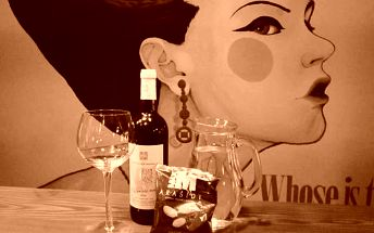 95 Kč za 1x 0.75l vína, 1x oříšky (brambůrky) a 1x 1l vody v café&bar RAY\'S