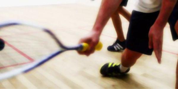 Squash na 2 hodiny pro 2 osoby včetně raket a míčku se slevou 52 %!