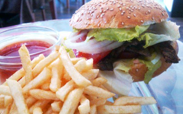 Pouze za 69 Kč si vychutnejte šťavnatý domácí burger s hranolkami v krásném prostředí Restaurantu Gardenpark v Olomouci! Využijte naší nabídky a dopřejte si tuto pochoutku z kvalitních a čerstvých surovin za fajn cenu.