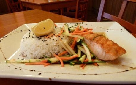Za neuvěřitelnou cenu 240 Kč získejte delikátní menu pro 2 OSOBY v restauraci Jiná krajina. Dejte si 2x lososa Teriyaki - grilovaný filet z lososa v japonské omáčce teriyaki s blanžírovanou zeleninou, jasmínovou rýží a 2x výtečný mrkvový dort!