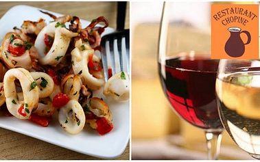 Zajděte si na jedinečnou specialitu! 2x grilované kalamáry (2x180g) s přílohou (vařený brambor) a 2x 2,5 dcl bílého vína Chardonnay nebo červeného vína Vranec za skvělou cenu 259 Kč! Zažijte atmosféru středomoří v originální restauraci Chopine!
