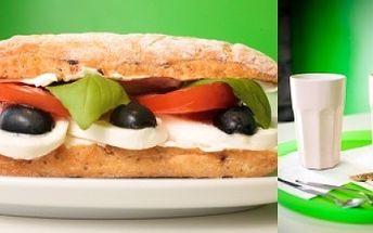 Vychutnejte si pravou italskou ciabattu s mozarellou, smetanovým sýrem, rajčátkem, černými olivami a čerstvou bazalkou spolu s výbornou kávou nebo zmrzlinovým shakem za skvělou letní cenu 49 Kč! To vše získáte ve stylové kavárně Streetcafé!