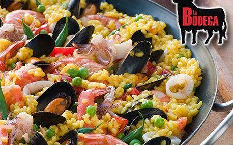 Pravá kastilská paella ve velké pánvi a litr vína Pinot Grigio omámí vaše smysly! Užijte si středomořskou večeři pro dva ve frýdecko-místecké restauraci La Bodega za fantastických 309 Kč.