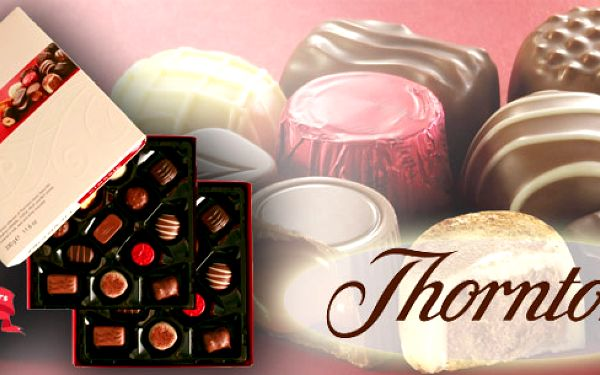 Jedinečná anglická dvoupatrová čokoládová bonboniéra značky THORNTONS, s jemnou, měkkou, nebo křupavou náplní, schovanou pod vrstvou vynikající mléčné, hořké a bílé čokolády. 330g