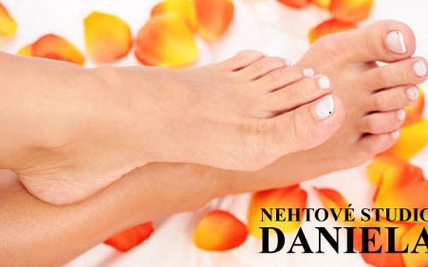 225 Kč za medicinální pedikúru, masáž nohou, olejovou péči o nehty a lakování. Díky profesionální péči vaše nožky v letních pantoflíčcích zazáří. HyperSleva 51 %.