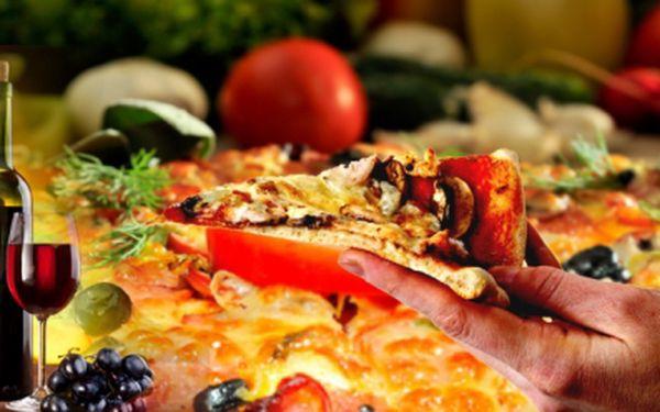 Skvělý oběd pro celou rodinu za 150 Kč! Obří JUMBO pizza o průměru 60 cm, navíc 2x bílé víno 2 dcl a pro děti 2x Kofola 0,3! Pizza dle Vašeho vlastního výběru!