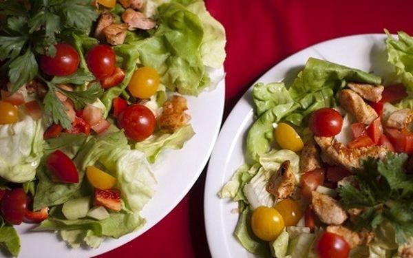 Dvě porce letního salátu v restauraci Moravská chalupa