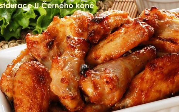 SUPER LAHŮDKA ZA SKVĚLOU CENU! 75 Kč za 500 g pikantních kuřecích křidélek na ledovém salátku s pečivem v typické české restauraci U Černého koně. Sleva 50 %!