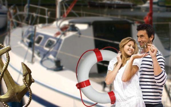 Hodinová romantická plavba na Slapské přehradě! Jen Vy a kapitán, navíc občerstvení v ceně! Vše jen za 999 Kč! Vítr do plachet a hurá na vodu! Ušetříte 51%!