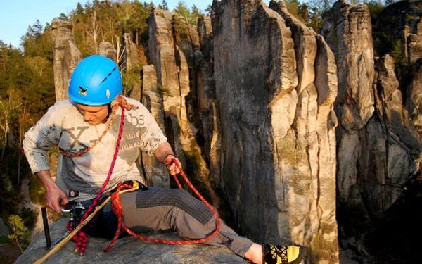 Lezecký výlet do skal v Českém ráji pro 3 osoby za 2400 Kč! Láká Vás adrenalin, příroda a výšky, ale nevíte, co je sedák ani lezky a kýbl jste doposud používali jen při uklízení? Právě pro Vás je tu lezecký výlet v Českém ráji pod dohledem zkušeného instruktora. Naučíte se základy skalního lezení a jeho různých technik a vyzkoušíte slaňování. Navíc půjčení veškerého materiálu v ceně. Jediné nebezpečí, které Vám hrozí je pár odřenin, ale to za to stojí, ne?