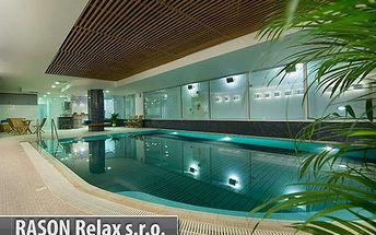 Pojďte si zaplavat ve DVOU! 1 hodina privátního bazénu ve wellness v srdci Prahy na Václavském náměstí! Bazén, sauna, vířivka a k tomu 2 skleničky šampaňského! To vše s 61% slevou jen za 390 korun!