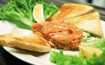 Za neuvěřitelnou cenu 230 Kč získejte delikátní menu pro 2 OSOBY v restauraci Jiná krajina. Dejte si 2x (150g) tatarák z norského lososa s růžovým pepřem, strouhaným parmesanem, domácím bazalkovým pestem a toasty a k tomu 2x výtečný mrkvový dort!