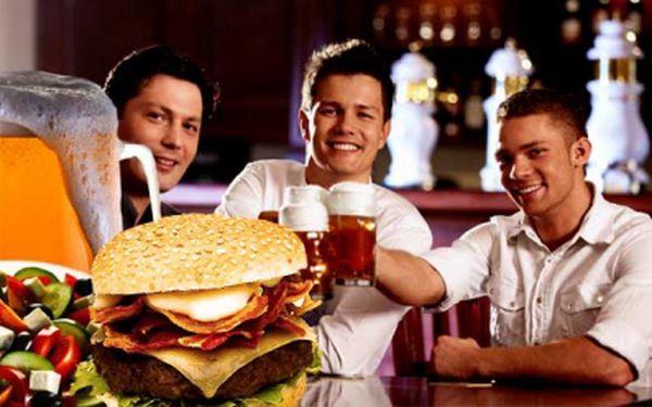 Navštivte dejvický restaurant Na Urale vyhlášený svými hamburgery! Dejte si pravý americký hamburger, hranolky, Řecký nebo Šopský salát a velké tankové pivo Staropramen, jen za 99 Kč! Pořádná bašta za skvělou cenu!