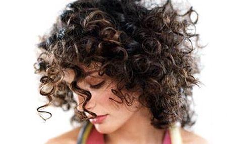 POUHÝCH 325,- za krásný, rozpustilý, KUDRNATÝ účes! Nechte si udělat TRVALOU ONDULACI a překvapte své okolí romantickými vlnami. Vlasy Vám přidají na objemu, snadno se upravují a méně se mastí.
