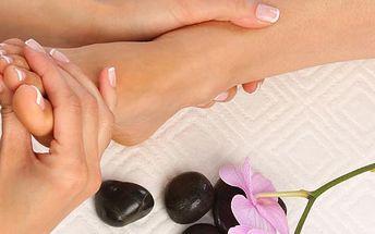 Odměňte svá chodidla! Osvěžující koupel, relaxační a uvolňující masáž a detoxikační zábal s 51% slevou! Nohy nás nosí každý den po celý život. Proto si zaslouží malé zastavení a osvěžení v těchto náročných letních dnech v podobě léčivé trojkombinace.