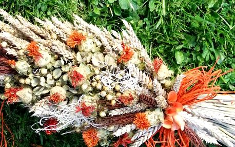 Sada kouzelných květin ruční výroby pro Váš domov se 40% slevou. Sada se skládá se sušených květin - věnec na dveře, kytice do vázy či na postavení, podlouhlý snop vhodný na pověšení, na zeď či položení. Všechny tři kusy jsou laděny do stejné barvy a designu. Vhodné pro milovníky přírody a přírodních věcí.
