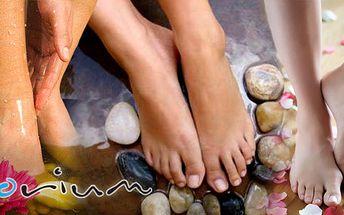 Dopřejte si mokrou pedikůru provázející příjemné vůně s klasikým ošetřením nohou a jejich lakováním. Použití vanilkového peelingu, levandulového a kokosového oleje .