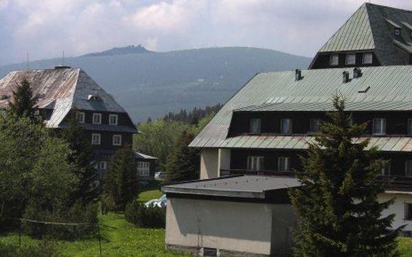 Rekreační pobyt pro 2 osoby s polopenzí na 3 dny v penzionu Šáteček v Krkonoších za 1450 Kč. Cena zahrnuje ubytování na 2 noci pro 2 osoby, 2x snídani a 2x večeři s lahví sektu, zmrzlinový pohár nebo dezert s kávou, 1 hod. v relaxačním bazénu, 1 hod. sauny.