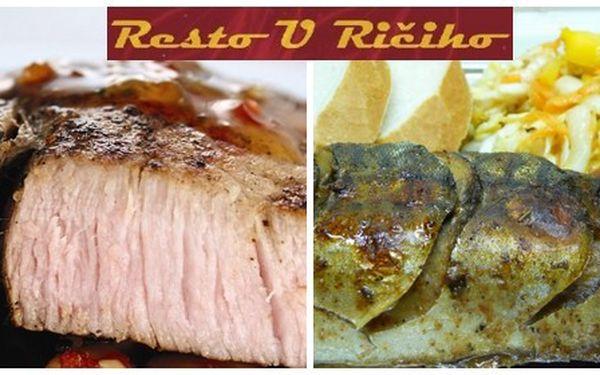 Dokonalé menu pro dva. Za 240 Kč si pochutnáte na pečené makrele, grilovaném steaku z krkovičky, grilovaných kuřecích stehnech, míchaném salátu, pečených bramborech, pečivu a vše dochutíte třemi druhy omáček.
