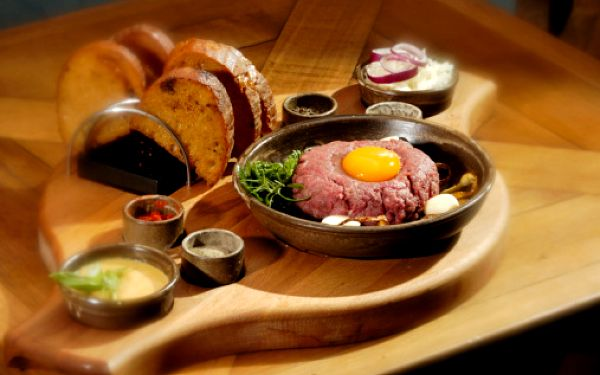 70 Kč za 100 g tatarského bifteku, 6ks topinek v hodnotě 99 Kč