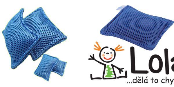 Lola polštářek do pračky je revoluční myšlenka, která Vám přinese mnoho výhod. Jedno praní vyjde na 0,3 Kč. Už nebude muset kupovat nákladné prací prášky a vláčet se s nimi, protože použitím polštářku odpadá nutnost přidávat prací prášek. Polštářek můžete použít pro všechny druhy praček i ruční praní při jakékoli teplotě.