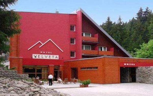 Vyzkoušejte více než jen obyčejný wellness pobyt. Třídenní pobyt pro 1 osobu, snídaně formou švédských stolů, večeře, masáž dle vašeho výběru, preiessnitz walking, relaxace v římských lázních a navíc 2 hodiny minigolfu. To vše v hotelu Velveta v klidné části Špindlerova Mlýna.