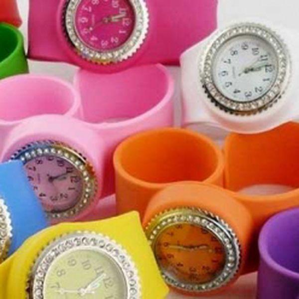 Silikonové hodinky Clip-Clap jsou tady! Úžasný stylový doplněk s unikátním páskem, který se hodí ke všemu! Vybírejte ze šesti barev. U nás jen za 149 Kč!