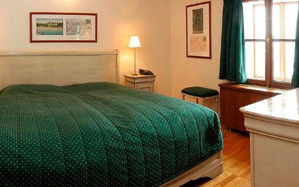 Romantický pobyt s výhledem na Karlův most v luxusní 5 hvězdičkové Rezidenci Lundborg v apartmánu s jacuzzi za 2596 Kč. Cena zahrnuje pobyt na jednu noc pro dvě osoby v noblesním stylovém apartmá, snídani formou švédských stolů, welcome drink.
