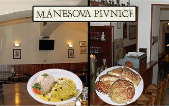 Kuře po indicku s rýží nebo bramborák zapečený se šunkou, nivou a feferony v originální pivnici u Mánesů!