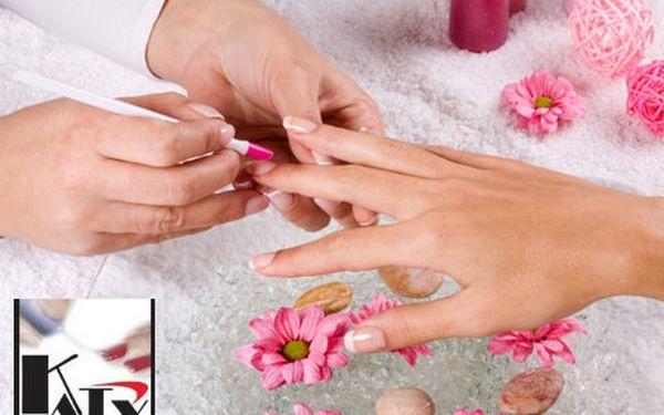 Dokonale upravené nehty a masáž rukou jako bonus se super slevou 51 %! Dopřejte si P-shine manikúru, a to dokonce třikrát za akční cenu pouhých 399 Kč!