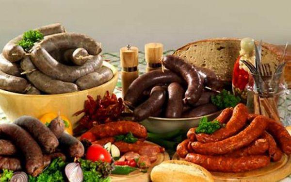 Tradiční zabijačkový talíř pro dva jedlíky - 1200 g masíčka pro Vás! Jitrničky, ovárek, plátky libové tlačenky, jelítka. Vše servírované s chlebem, sterilovanou zeleninou a kyselou okurkou. Akční cena 249 Kč! Přímo na Valdštejnském náměstí!